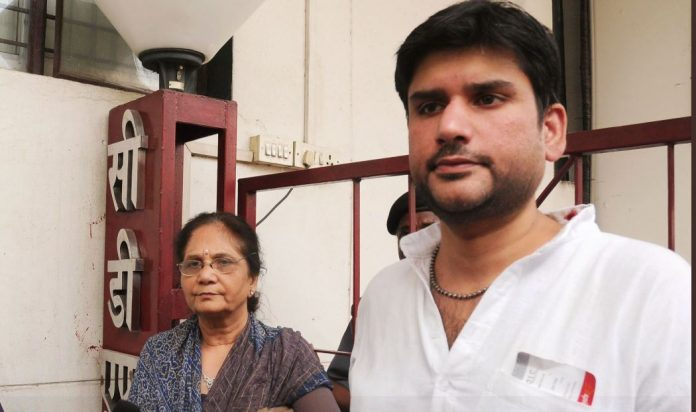 rohit shekhar tiwari with his mother