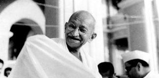 Mahatma_Gandhi_laughing-e1557915101653-696x459